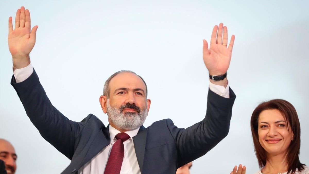 PM Armenia Sambut Para Pendukungnya di Pawai Kemenangan