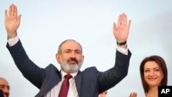 Perdana Menteri terpilih Armenia Nikol Pashinyan menyapa para pendukungnya dalam pawai kemenangan setelah memenangkan pemilu di Yerevan, Armenia, Senin, 21 Juni 2021. (Foto: Sergei Grits/AP)