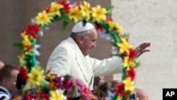 El papa Francisco llega a la udiencia general en la plaza de San Pedro en el Vaticano.