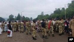 에티오피아군 병사들이 2일 수도 아디스아바바 인근 비쇼프트에서 열린 연례 추수감사절 종교행사 '이레차' 참가자 가운데 반정부 시위대를 차단하고 있다.
