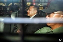 홍콩 우산혁명 주도자 중 한 명인 베니 타이 홍콩대 교수가 24일 법원에서 실형을 선고 받은 후 호송차에 탑승했다.