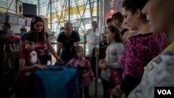 Սիրիահայերի ընտանիք՝ «Զվարթնոց» օդանավակայանում (Ամերիկայի Ձայն/Դ.Մարկոսյան)
