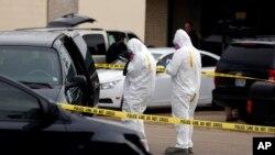 Nhân viên điều tra liên bang chụp hình chiếc xe của nghi can Dutschke tại Tupelo, Missisippi.