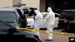 Nhân viên liên bang kiểm tra và chụp ảnh chiéc xe của Dutschke