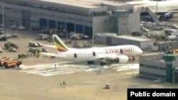 Sebuah pesawat Boeing Dreamliner milik Ethiopian Airlines terbakar saat diparkir di bandara Heathrow, London (12/7).
