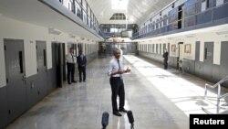 Presiden AS Barack Obama berbicara di Lembaga Pemasyarakatan El Reno di Oklahoma City, 2015. Ia satu-satunya presiden AS yang mengunjungi penjara federal. (Reuters/Kevin Lamarque)