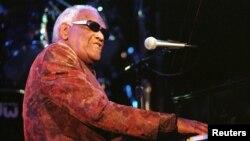레이 찰스가 지난 1998년 할리우드에서 열린 제4회 블루즈 파운데이션 공로상 수여식에서 공연하고 있다.
