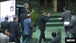 احمدی نژاد: «من فکر میکنم مسائلی در پشت صحنه میگذرد که نه نمايندگان و نه ما از آن خبر نداريم»