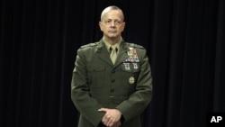 지난 10월 북대서양조약기구(NATO) 본부가 위치한 브뤼셀에서 기자회견를 가진 아프가니스탄 주둔 미군 최고사령관 존 앨런 장군. (자료사진)