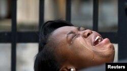 Diamond Trusty llora la muerte de su primo de siete años Amari Brown, en Chicago, Illinois, el 5 de julio. La ciudad de 2,7 millones de habitantes es la más violenta de Estados Unidos.