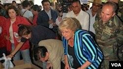 Presiden Chili Michelle Bachelet meninjau distribusi bantuan di kota Concepción.