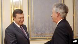 Under Secretary of State for Political Affairs William J. Burns, right, shakes hand with Ukraine President Viktor Yanukovych during their meeting in Kiev, Ukraine, Thursday, Sept. 9, 2010. (AP Photo/Andrey Mosienko, Pool)