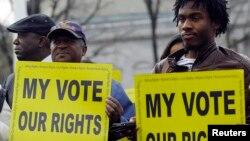 Aktivisti za pravo glasa protestuju ispred Vrhovnog suda u Vašingtonu (arhivski snimak)