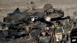 俄罗斯支持的分裂派检查被摧毁的乌克兰政府军坦克
