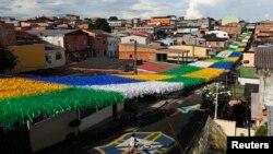 Uma rua de Manaus decorada por ocasião do Mundial de 2014