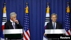 Menhan AS Chuck Hagel (kiri) dan Menhan Korea Selatan Kim Kwan-jin menggelar konferensi pers bersama seusai Pertemuan Keamanan AS-Korea Selatan ke-45 di Seoul (2/10).