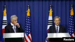 Menhan Korea Selatan Kim Kwan-jin (kanan) dan Menhan AS Chuck Hagel dalam konferensi pers di Seoul (2/10/2013). Keduanya menandatangani perjanjian untuk mengantisipasi ancaman nuklir Korea Utara.