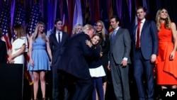 2016年11月9日,在纽约的大选之夜聚会中,美国当选总统川普和家人,包括他的子女和女婿