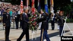 Tổng thống Obama đặt vòng hoa tại Mộ Chiến Sĩ Vô Danh trong Nghĩa trang Quốc gia Arlington ở Virginia, vào ngày Lễ Chiến sĩ Trận vong 27/5/13
