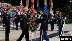 ປະທານາທິບໍດີ ໂອບາມາ ວາງພວງມາລາ ທີ່ຂຸມຝັງສົບ ທະຫານນີລະນາມ ຢູ່ປ່າຊ້າແຫ່ງຊາດ Arlington, ໃນວັນ Memorial Day, ວັນທີ 27 ພຶດສະພາ 2013.