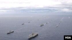 Iring-iringan armada kapal Angkatan Laut Amerika Serikat dan Jepang di Samudera Pasifik.