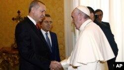 El papa Francisco saluda al presidente turco, Recep Tayyip Erdogan, (izquierda) durante una audiencia privada en el Vaticano el lunes, 5 de febrero de 2018.