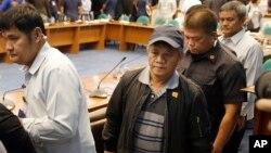 El exsicario Edgar Matobato, centro, testificó ante una comisión del senado filipino.