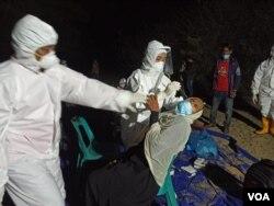 Petugas kesehatan Aceh Timur melakukan tes swab terhadap salah satu pengungsi Rohingya, Jumat (4/6). (Foto: VOA/Anugrah)
