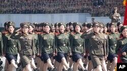 15일 북한 평양에서 김일성 주석 100회 생일을 맞아 열병식이 열린 가운데, 열병식에 참가한 여군들.