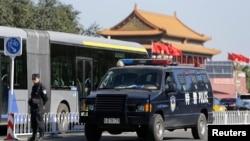 Seorang polisi berjaga-jaga dekat Lapangan Tiananmen di Beijing (29/10).