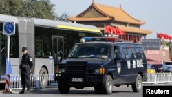 Seorang polisi berjaga di dekat pintu gerbang Tiananmen, Beijing (29/10).
