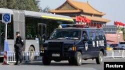 차랑 폭발 사건이 말생한 중국 톈안먼 광장에 세워진 특수경찰 차량의 모습. 사건 직후 베이징 경찰 당국은 차량 폭발 사건 용의자 2명의 수색작업에 들어갔다.