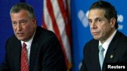 Walikota New York Bill de Blasio (kiri) dan Gubernur New York Andrew Cuomo memberikan keterangan pers soal perkembangan kasus ebola di rumahs sakit Bellevue (23/10).