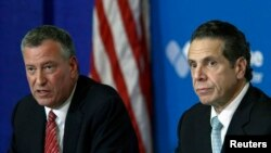 Le maire de New-York, Bill de Blasio (à g.) et le gouverneur de l'Etat de New-York, Andrew Cuomo, discutant de la crise suscitée par le virus à Ebola