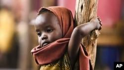 一名索马里小难民7月23日刚刚抵达索马里与肯尼亚边界的一所难民营