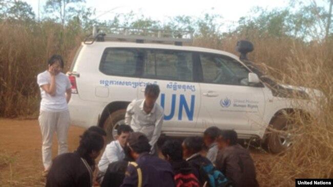 Nhóm người Thượng Việt Nam tiếp xúc với nhân viên UNHCR
