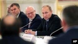 左一为克里姆林宫办公厅第一副幕僚长沃洛金(2013年9月4日资料照片)