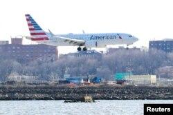 Pesawat Boeing 737 MAX 8 milik maskapai penerbangan American Airlines, dalam penerbangan dari Miami ke New York City, bersiap melakukan pendaratan di Bandara LaGuardia, New York, AS, 12 Maret 2019. (REUTERS / Shannon Stapleton)
