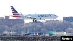 American Airlines Boeing 737 MAX 8, dalam penerbangan dari Miami ke New York City, akan mendarat di Bandara LaGuardia di New York, AS, 12 Maret 2019. (Foto: REUTERS/Shannon Stapleto)