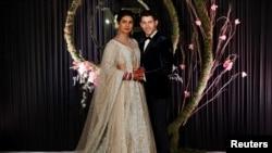 La actriz Priyanka Chopra y su esposo, el cantante Nick Jonas, durante su recepción matrimonial en Nueva Delhi, India, 4/12/18.