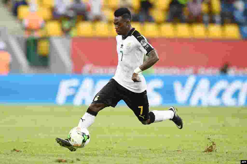Le milieu de terrain du Ghana, Christian Atsu, contrôle le ballon lors du match de la Coupe d'Afrique des Nations 2017 entre le Ghana et l'Ouganda à Port-Gentil le 17 janvier 2017.