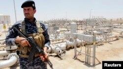 18일 이라크 바그다드 남동부의 주바이르 정유시설을 무장 병력이 지키고 있다. 북부 바이지 정유시설은 전날 무장 반군의 공격을 받았다.