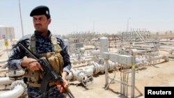 Iroqlik askar neft zavodini qo'riqlamoqda, Basra, Iroq, 18-iyun, 2014-yil