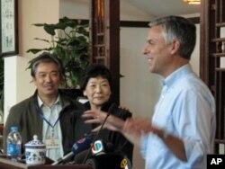 """洪博培大使(右一)发表演讲, 一旁站立的是""""三味书屋""""店主李世强(左一)和刘元生(左二)"""