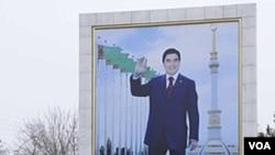 Seorang perempuan berjalan melewati papan yang memajang potret Presiden Turkmenistan Kurbanguly Berdymukhamedov di Ashgabat (Jumat, 10/2).