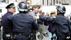 紐約警方星期二將佔領華爾街示威者趕出紐約祖可提公園﹐紐約法官裁決禁止示威者回公園露宿致。