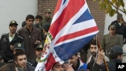 伊朗示威者在11月29日在德克蘭英國領事館拆走英國國旗。