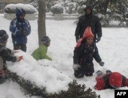 儿童雪中嬉戏