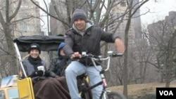 Frankie Legarreta, seorang pengemudi becak di pusat kota New York bersama penumpangnya (foto: dok).