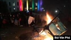 Tháng Hai 2017 sinh viên mời diễn giả Milo Yiannopoulos đến nói chuyện thì đã có bạo động khiến buổi diễn thuyết bị hủy bỏ trước giờ khai mạc. (Ảnh: Bùi Văn Phú)